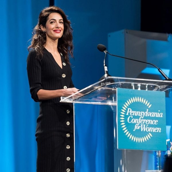 Самый стильный адвокат: Амаль Клуни показала удачный осенний образ в классическом стиле