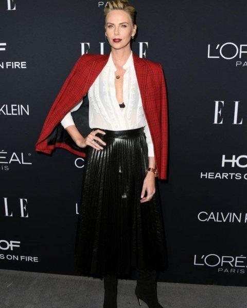 В этой белой блузе и черной юбке Шарлиз Терон выглядела шикарно на Красной дорожке