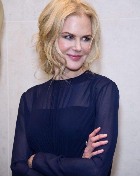 Как носить синий и плиссе, если вам 40+ и выглядеть как звезда: мастер-класс от Николь Кидман