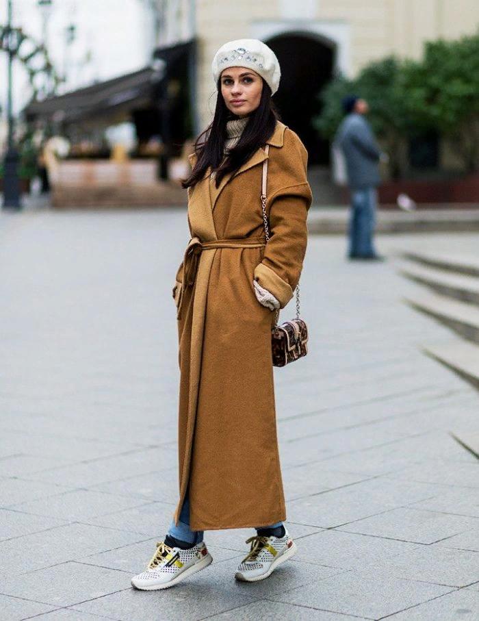 6 моделей пальто, к которым идеально подходят белые кроссовки